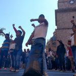 Los manifestantes aprovecharon la ocasión para exigir plazas automáticas y la derogación de la reforma educativa