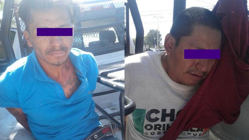 Ambos sujetos son señalados por el propietario de una casa habitación, de que supuestamente habían ingresado a su domicilio para cometer robo, luego de que lo amagaron y despojaron de dinero en efectivo