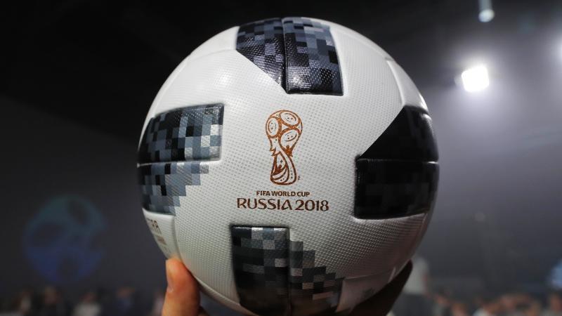 El encargado de mostrarle el balón al planeta fue el último ganador del Balón de oro mundialista, Lionel Messi