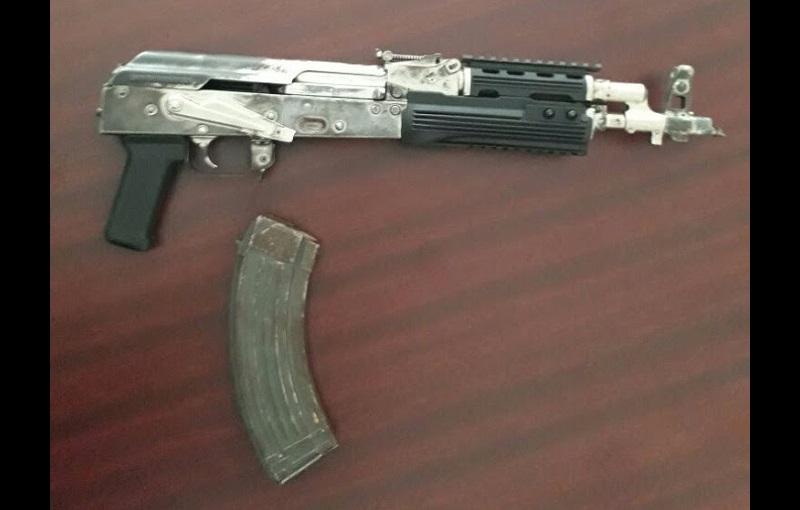 Al detenido le fueron aseguradas un arma larga tipo AK-47, abastecida con cargador y 23 cartuchos útiles calibre 7.62