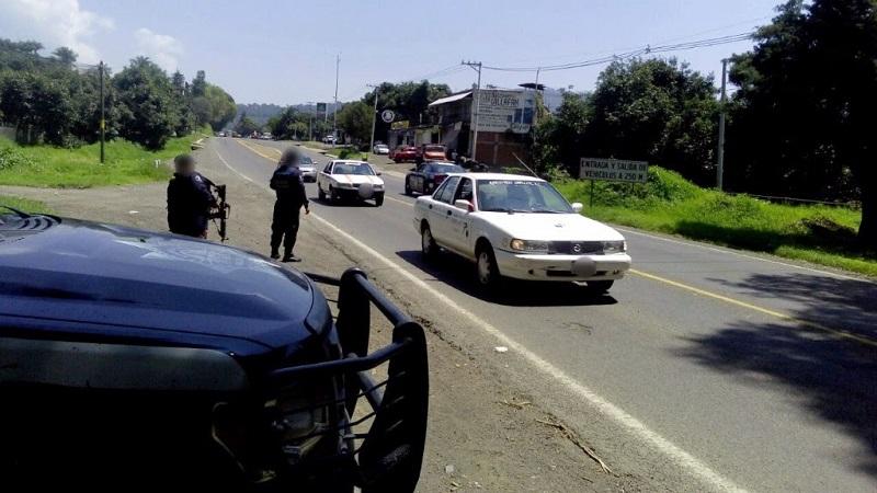 Anoche, elementos de la Policía Michoacán entablaron diálogo con los comuneros de Angahuan, que mantenían atravesados vehículos en dicha rúa