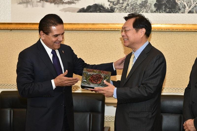 El mandatario estatal expuso ante el vice presidente de la AAPCHE, Xie Yuan, las bondades del estado en el sector agroalimentario, minero y turístico