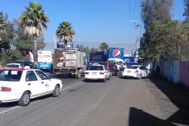 Mientras duró el bloqueo el tránsito vehicular se estuvo desviando por rutas alternas, mismas que también se vieron sumamente congestionadas