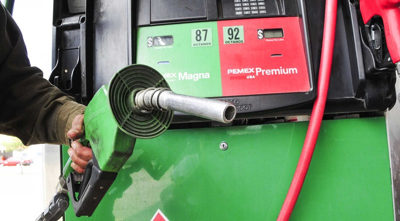 Aproximadamente 14 pesos es el precio en que Pemex vende sus gasolinas, pero si el crudo, en especial el WTI, alcanza los 60 dólares, habrá un ajuste en México para 2018