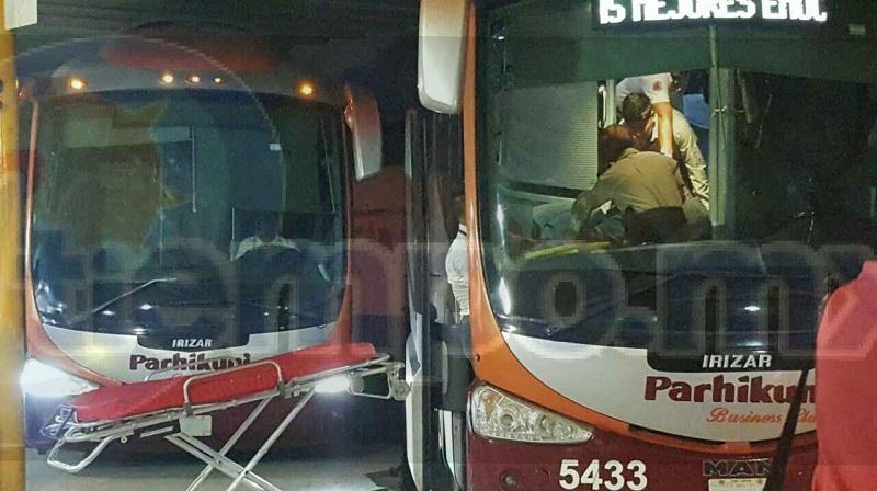 Paramédicos de Protección Civil Municipal arribaron la central de autobuses, donde atendieron al hombre, el cual venía narcotizado, por lo que se cree este fue robado al interior del autobús por otra persona