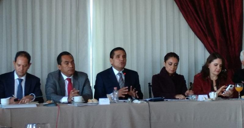 Cuestionado sobre el tema, el gobernador de Michoacán deslizó que en muchos de esos casos ha habido omisión por parte de las autoridades federales, que son las primeras responsables de liberar vías de comunicación de competencia federal, como las propias vías del ferrocarril