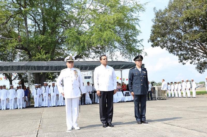 Aureoles Conejo entregó condecoraciones de perseverancia a personal naval por 30, 25, 20, 15 y 10 años de servicio, así como distintivos por buena conducta