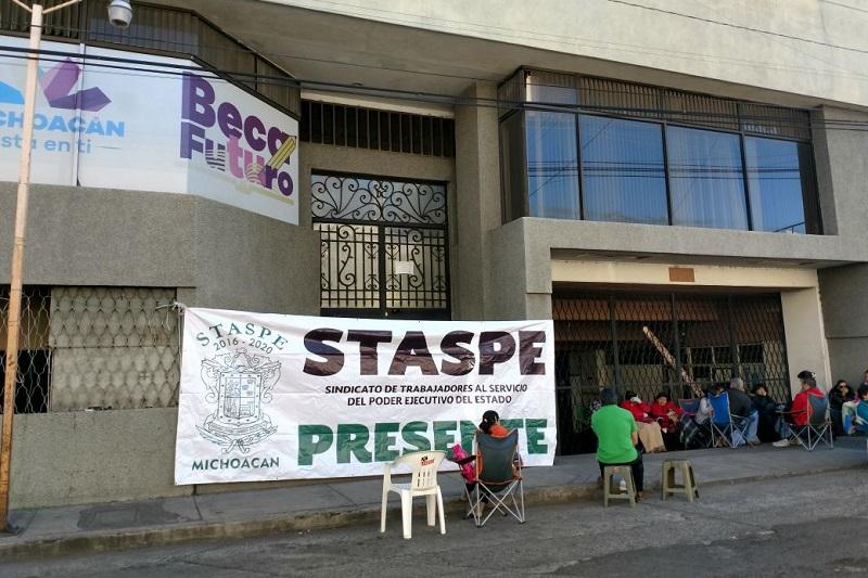 Los manifestantes se instalaron en el exterior de las oficinas de la Sedesoh, ubicadas en el cruce de la Avenida Lázaro Cárdenas y la calle Miguel de Cervantes Saavedra