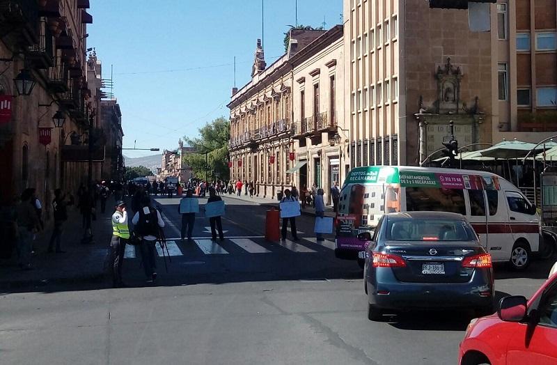 Los manifestantes exigieron el pago de sus quincenas pendientes, así como la entrega de despensas completas, además de que se manifestaron contra la reforma al régimen de jubilaciones y pensiones de la UMSNH