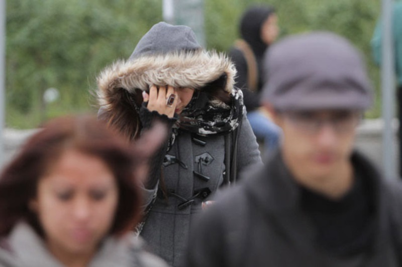 Debido a que las condiciones atmosféricas o meteorológicas durante la época de frío podrían generar la formación de bruma, bancos de niebla o neblina, se recomienda manejar con precaución