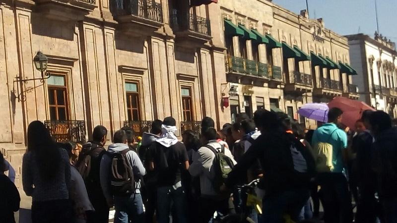 Los manifestantes partieron de la ENSM, ubicada en el Fraccionamiento Torremolinos, hacia la Avenida Periodismo, posteriormente la Avenida Madero, el Obelisco al General Lázaro Cárdenas, la Avenida Madero y Palacio de Gobierno, donde realizaron un mitin