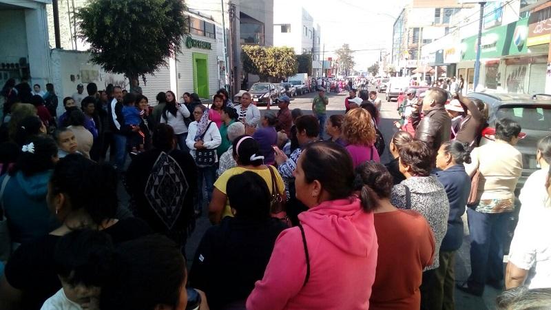 El cierre vial se encuentra en la Avenida Lázaro Cárdenas, entre las calles Colegio Militar y Agustín Melgar, provocando un intenso caos vehicular en la zona