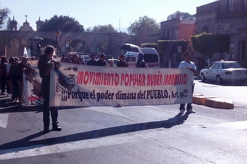 En el lugar, los manifestantes bloquearon momentáneamente la calle Allende para demandar que se ejecuten las obras prometidas para este año en 10 colonias de la ciudad