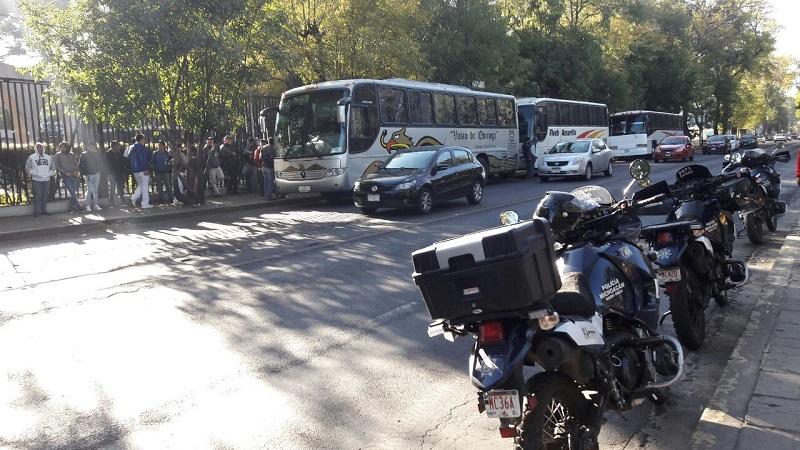 Los manifestantes aseguran que se les adeudan 300 mil pesos por cada escuela normal oficial en Michoacán