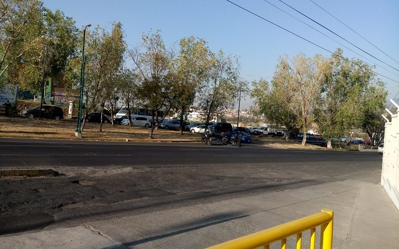 Algunos conductores desesperados incluso subieron con sus vehículos al camellón central para retornar o librar el incidente de tránsito