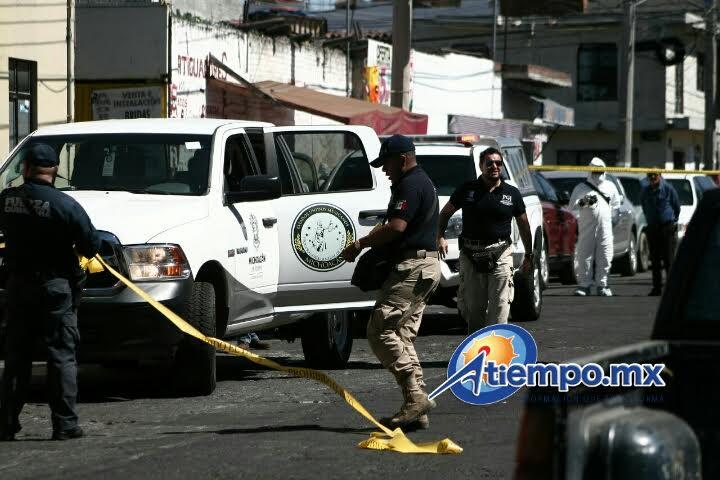 Inmediatamente se trasladaron unidades de la Policía Michoacán, los cuales confirmaron que se trataba de un masculino y a un costado le había dejado dos cartulinas con un mensaje a un grupo rival del crimen organizado