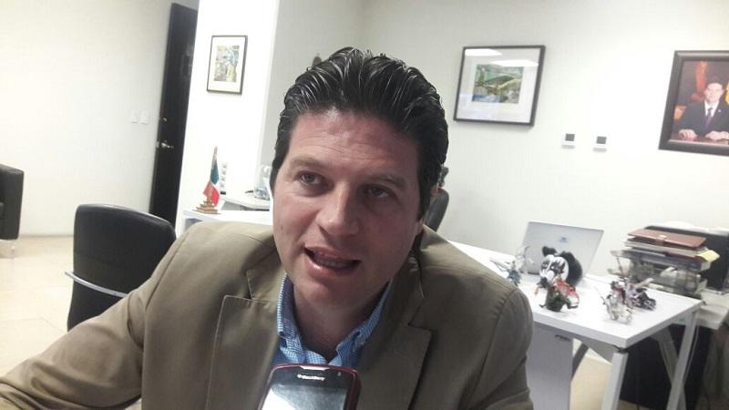 """Martínez Alcázar argumentó que apenas hace unos días, se consiguieron alrededor de 400 mil pesos para comprar las piezas y reponer el semáforo derribado """"por un auto fantasma"""" en la Avenida Madero y Morelos Sur"""