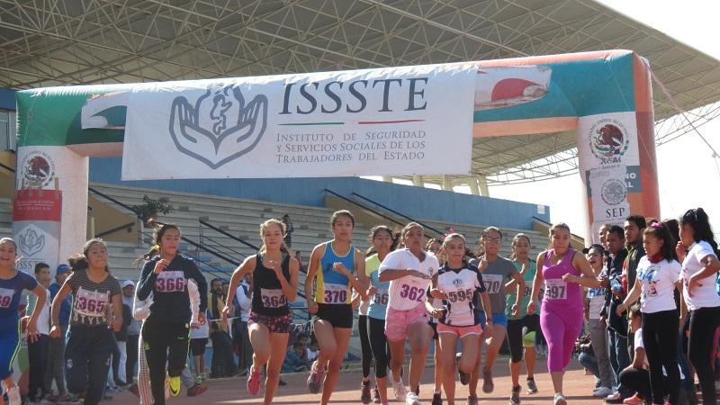 Con la representación de la delegada del ISSSTE, Lorena García Peña, el subdelegado de Prestaciones, Mario Ruiz Morell, dio la bienvenida a los asistentes y agradeció su participación en el Minimaratón del Charalito que anualmente, se realiza en el estado