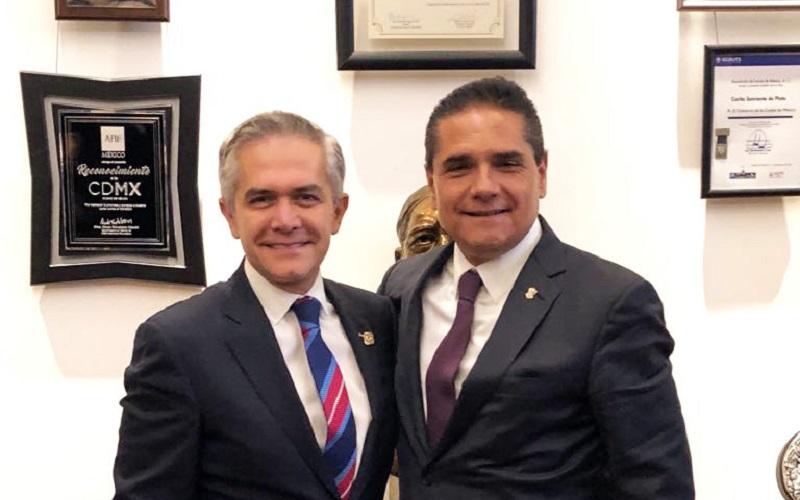 Silvano Aureoles refrendó su compromiso con Michoacán y puntualizó que seguirá al frente del Gobierno del Estado, trabajando de tiempo completo, dedicando todo su esfuerzo a impulsar el desarrollo de la entidad, y velar por el bienestar de la gente