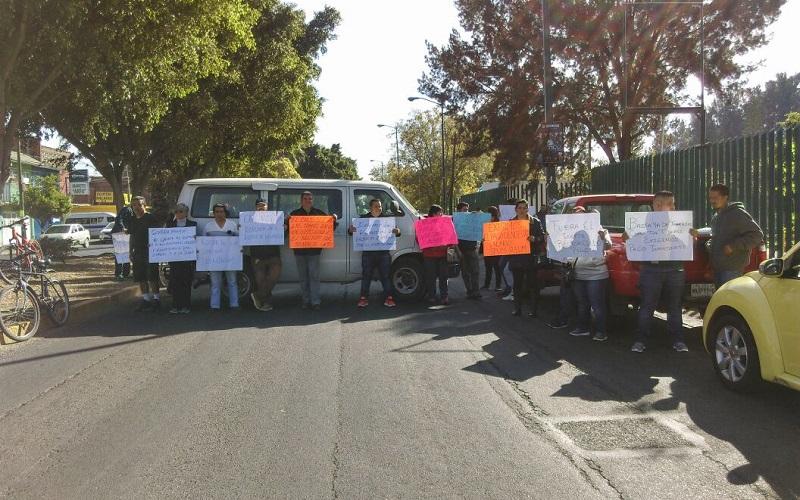 Los manifestantes también demandan la renuncia del rector Medardo Serna y se oponen a la reforma al régimen de jubilaciones y pensiones de la Universidad Michoacana