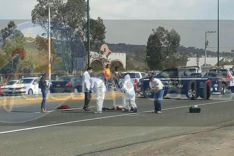 Automovilistas que se percataron del accidente frenaron para evitar arrollarlo nuevamente y solicitaron apoyo a la línea de emergencias
