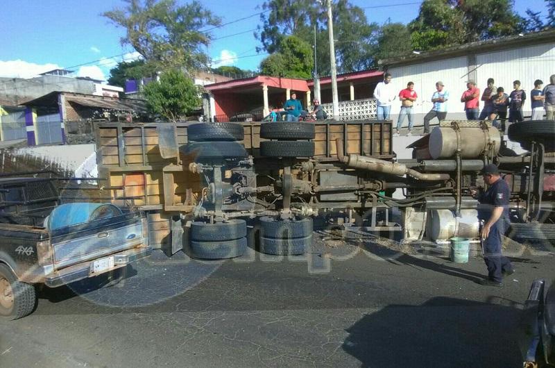 Al lugar arribaron paramédicos de Protección Civil Municipal, así como de la Policía Michoacán, los cuales les brindaron las primeras atenciones a ambos lesionados identificados como Roberto Q., de 34 años y Pablo G., de 30 años de edad