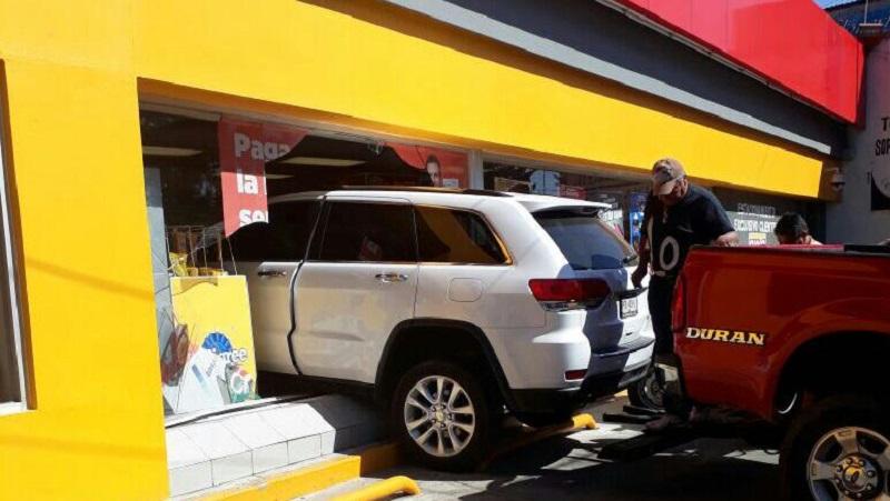 El accidente se registró minutos antes de las 11:30 de la mañana cuando el conductor de una camioneta Jeep, de color blanco, con placas de Michoacán, aparentemente se confundió y aceleró para introducirse a la tienda