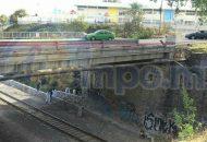 El último vehículo quedó impactado en la barra de contención de un puente, el cual proyecto a un transeúnte al fondo de un puente, por donde pasan las vías férreas, por lo que quedó sin vida el masculino a unos metros de las vías del tren