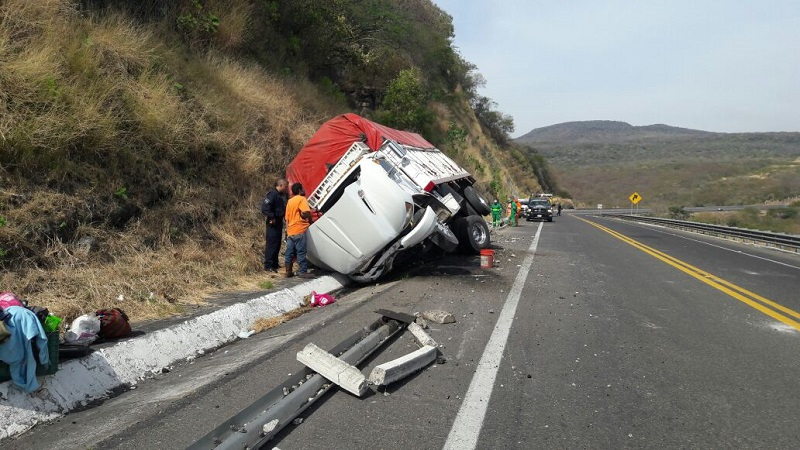 La carretera fue cerrada parcialmente por varias horas mientras personal de la Policía Federal realizaba el peritaje y se realizaba la descarga de las cajas de huevo para subirlas a otro camión de la misma empresa