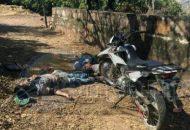 Al lugar arribaron agentes de la Policía Michoacán, los cuales confirmaron la información y vieron que los cuerpos presentaban impactos de arma de fuego