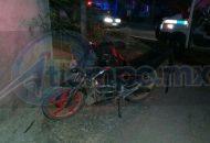 Al lugar acudieron paramédicos de Protección Civil Municipal, los cuales localizaron a una persona tirada en la cinta asfáltica y a unos metros una motocicleta Italika, tipo 250 CC, de color negra, sin placas