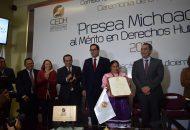 El ombudsman michoacano, Víctor Manuel Serrato, y el secretario de Gobierno, Adrián López Solís; hicieron entrega del galardón a Fabiola García Mercado, en representación de quienes integran esta agrupación