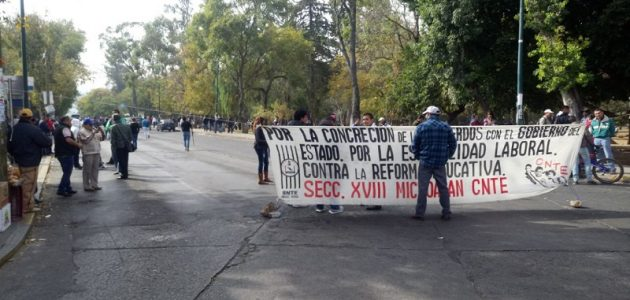 La manifestación provocó un severo caos vial en la zona, mientras elementos de la Policía Michoacán se limitaban a observarlos a distancia