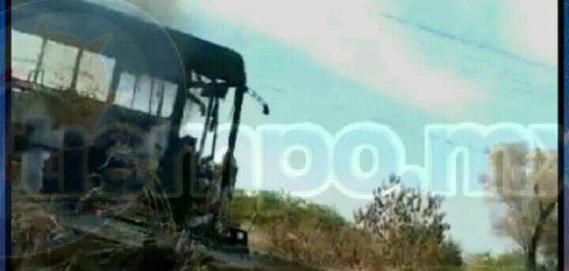 A lugar arribaron elementos del Ejército Mexicano, así como de la Policía Michoacán, los cuales confirmaron la información y retiraron la unidad