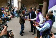 Martínez Alcázar encabezó la entrega de uniformes a los vendedores de flores, globos, juguetes, diversos accesorios y papas que se ubican en el primer cuadro, para así tener un orden y dar una mejor imagen de los comerciantes
