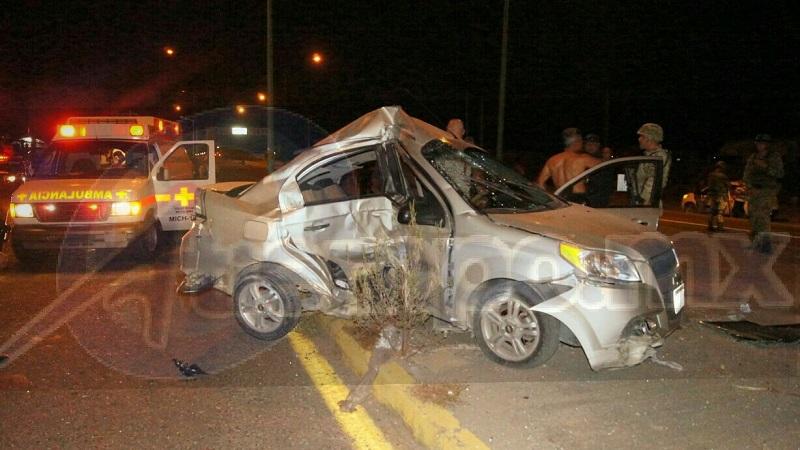 El percance se registró minutos después de las 23:30 horas cuando una pareja que viajaba a bordo de un vehículo Chevrolet tipo Aveo, de color gris con placas PFA-586-K del Estado de Michoacán, se impactó contra una luminaria ubicada en dicha vialidad cerca de los puentes cuates