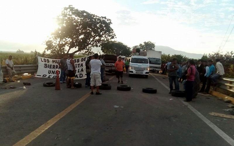 Tras horas de bloqueo, parte de los manifestantes se desplazaron hasta la cabecera municipal de Coahuayana, donde fueron atendidos por autoridades estatales