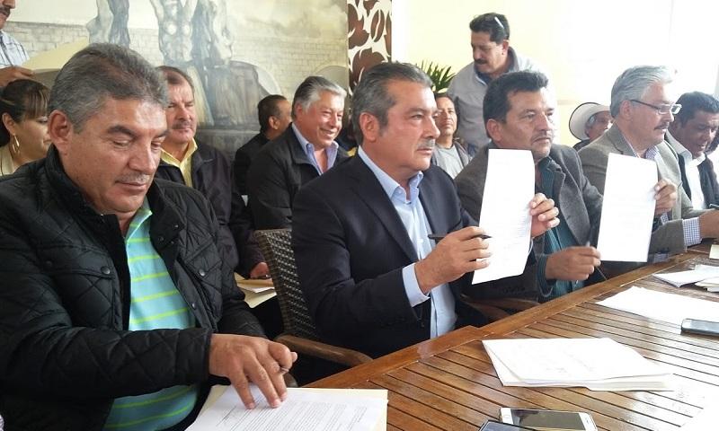 Tanto Morón Orozco como varios de sus principales seguidores firmaron sus cartas de renuncia al PRD y anunciaron que este mismo lunes las entregarán a las instancias partidistas que correspondan