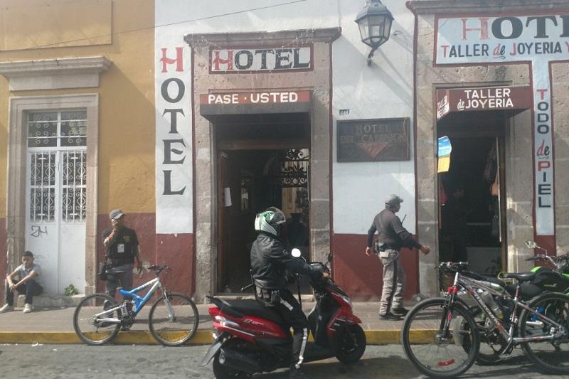 Según los primeros reportes, los primeros en atender el llamado fueron elementos del Grupo Tigre de seguridad privada, mientras que la Policía de Morelia tardó varios minutos en llegar
