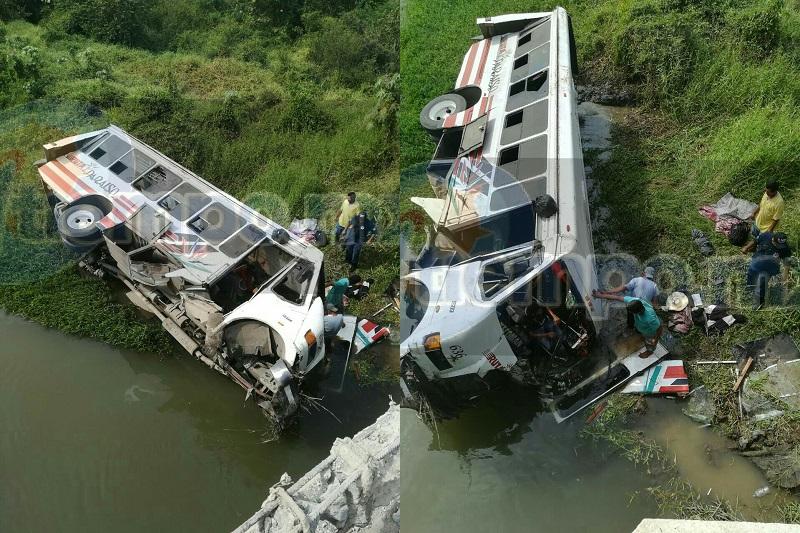 Todo ocurrió cuando el camión de pasajeros de la empresa Ruta Paraíso, número económico 636, el cual cubría la ruta hacia Tecomán, Colima, se impactara contra el muro de contención del puente