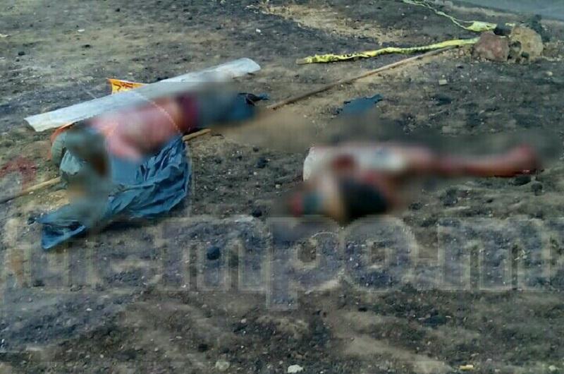 El hallazgo se suscitó cuando agentes de la Policía Michoacán fueron alertados que sobre dicha carretera a la altura del crucero, se encontraban varios cuerpos tirados
