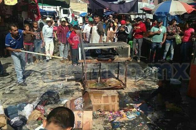 Comerciantes y clientes que se encontraban en el lugar controlaron el incendio con agua y extintores para evitar que se extendiera a otros puestos
