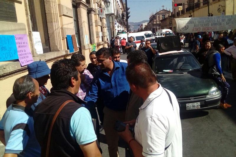Los manifestantes protestaban por la falta de pago de bonos pendientes, así como por el descuento de ISR que por primera vez se les hizo en su aguinaldo