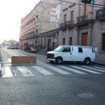 Los manifestantes mantienen cerrada la Avenida Madero, desde su cruce con Galeana hasta su cruce con Abasolo, frente al Colegio de San Nicolás