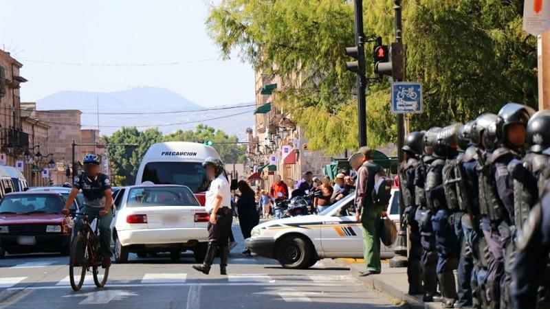 Personal de la dependencia desalojó de forma pacífica el plantón que integrantes del SUEUM mantenían sobre la citada avenida, entre las calles de Abasolo y Galeana