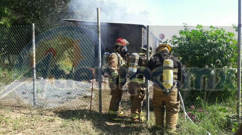 Durante varios minutos los bomberos combatieron el fuego logrando ser controlado el mismo