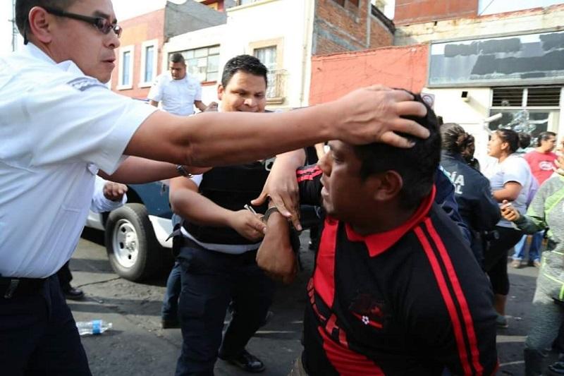 Una mujer policía debió recibir atención médica al resultar lesionada por un golpe en la cabeza con un madero