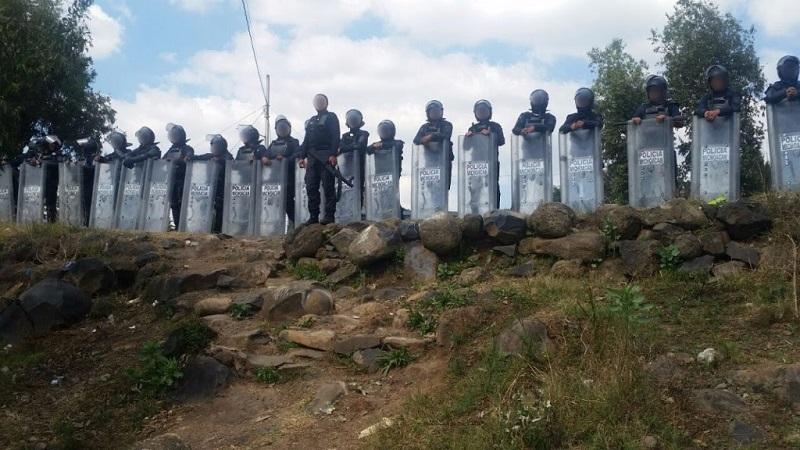 Además, los elementos de la Policía Michoacán también lograron retirar los integrantes de la CNTE que bloqueaban las vías ferroviarias