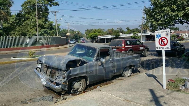 Tras el fuerte impacto los elementos que se encontraban al interior de la base salieron a ver lo sucedido, encontrando lesionado al interior de la camioneta al conductor responsable