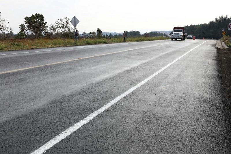 Además, impactando positivamente a la dinámica turística con mejores vías de comunicación, la Secretaría de Comunicaciones y Obras Públicas modernizó el camino Irimbo - Ocampo - Angangueo, del kilómetro 0+000 al 2+960